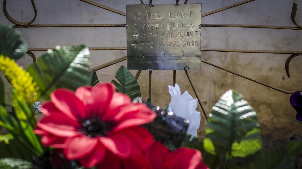 Detalle de la pequeña cruz metálica con el nombre de Berta en el Cementerio Municipal de La Esperanza, Honduras. Foto FACTUM/Salvador MELÉNDEZ.