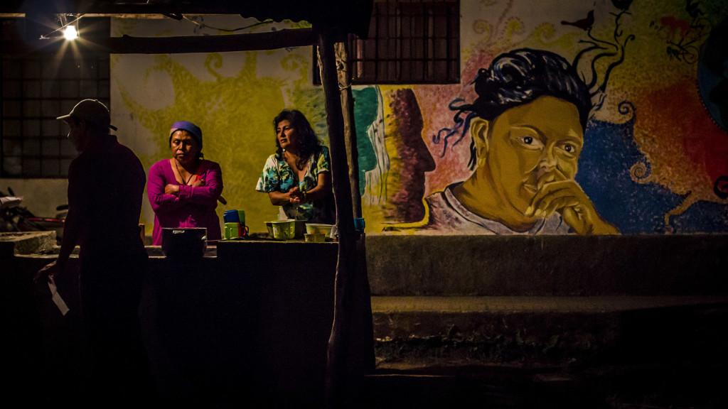 Marleny (tercera de izquerda a derecha) es una de las activistas del COPINH y habla con otros agremiados en la sede ''Utopía''. Foto FACTUM/Salvador MELÉNDEZ.