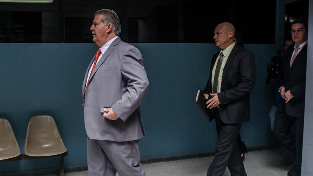 Enrique Rais (izquierda) y Wilfredo Ernesto Gutiérrez Ayala (al centro con un a agenda en la mano) en los tribunales de San Salvador. Foto de Salvador Meléndez.
