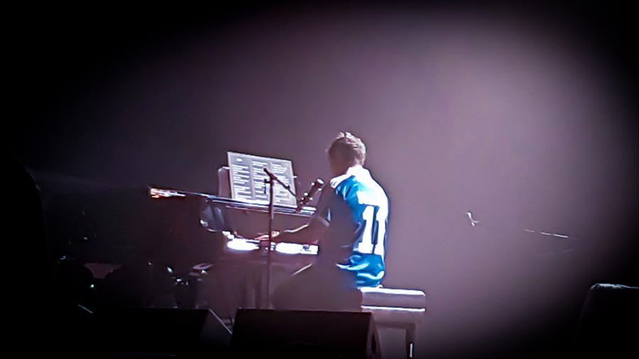 """Alejandro Sanz (con el 11 del """"Mágico"""" González en la espalda) tocó el piano en su concierto en El Salvador. Foto de Silvia Magaña."""