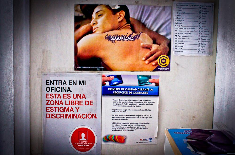 Parte de los afiches informativos en las oficinas de la Asociación Entre Amigos. Foto de Mitzty Torres.
