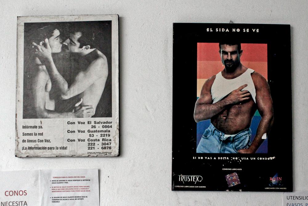 Algunos afiches informativos en las oficinas de la Asociación Entre Amigos. Foto de Mitzty Torres.