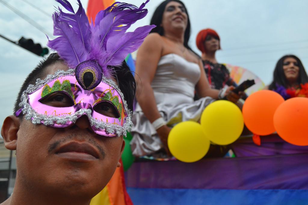 Participantes del desfile por el orgullo LGBTI en El Salvador, realizado el sábado 25 de junio en algunas calles de la capital del país. Foto de Miguel R. Lemus/Revista Factum.
