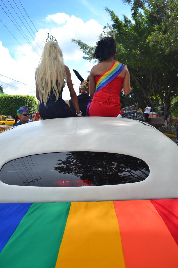 Parte del colorido que caracteriza al desfile por el orgullo LGBTI en su desfile/marcha. Foto de Miguel R. Lemus/Revista Factum.