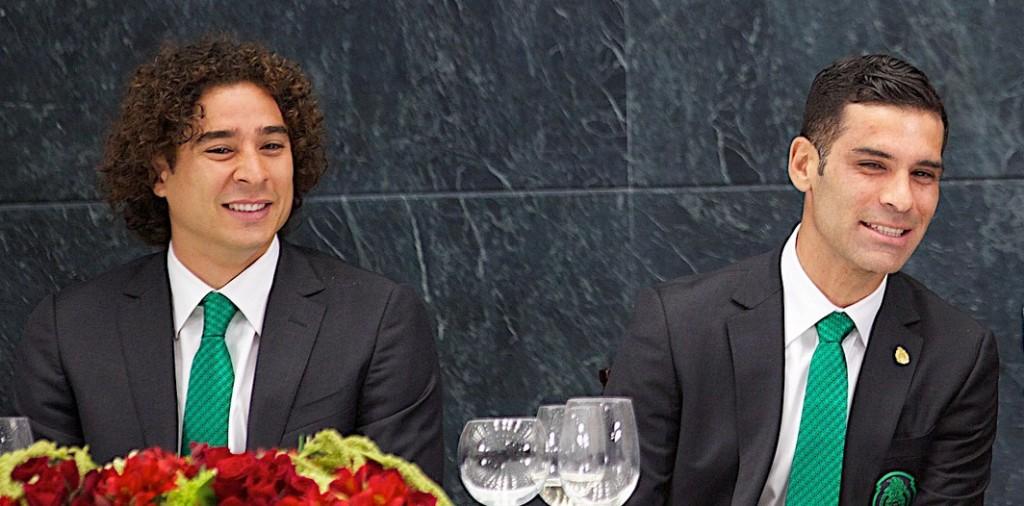 Los seleccionados mexicanos Guillermo Ochoa y Rafael Márquez en una cena en el Palacio Presidencial en México. Foto de Presidencia de México, tomada de Flickr, con licencia Creative Commons.