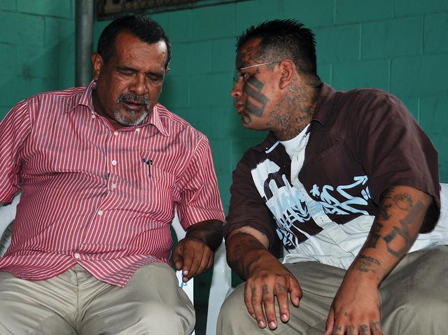 Raúl Mijango (izquierda), uno de los mediadores de la tregua. Foto de la OEA, por Arena Ortega, tomada de Flickr, con licencia de Creative Commons.