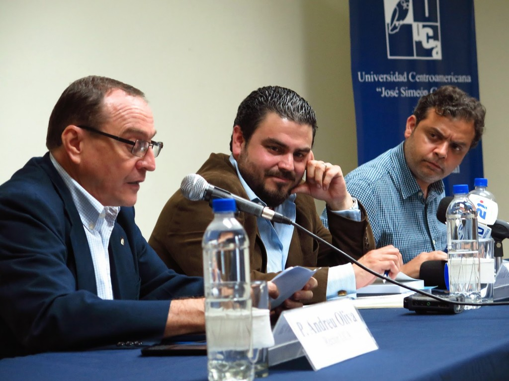 """Carlos Dada (derecha) durante la presentación del libro """"Infiltrados"""" de Héctor Silva Ávalos en la UCA en mayo de 2014. Foto de Francisco Campos."""