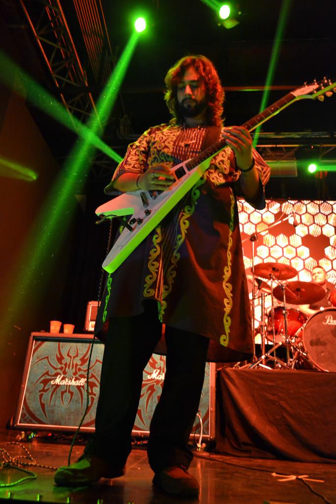 Argolath Larios, guitarrista de El Ático, en pleno concierto. Foto de Miguel R. Lemus.