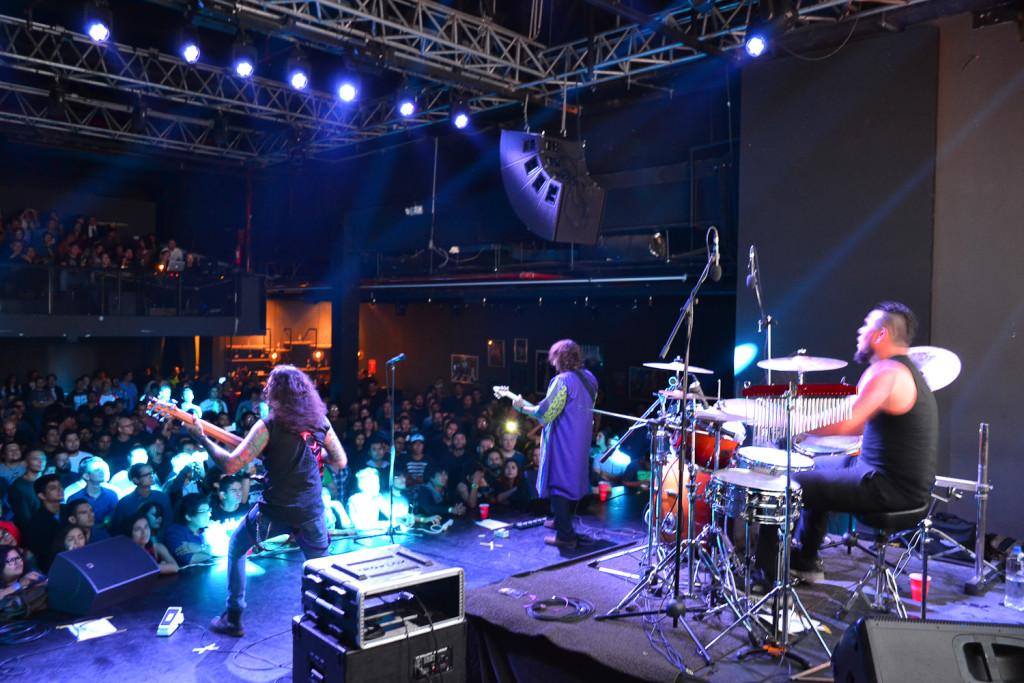 Vista desde la parte trasera del escenario que albergó el concierto de El Ático. Foto de Miguel R. Lemus.