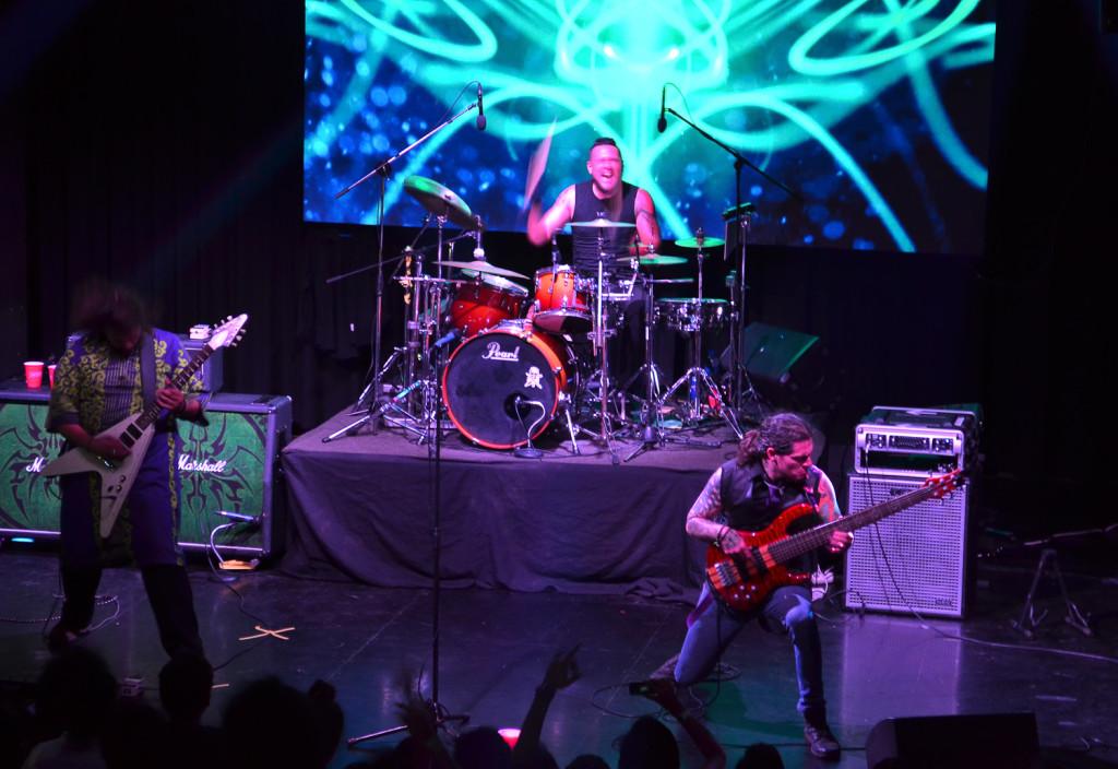El Ático volvió a demostrar todo su talento en el concierto que ofrecieron para volver oficialmente, después de dos años de ausencia. Foto de Miguel R. Lemus.