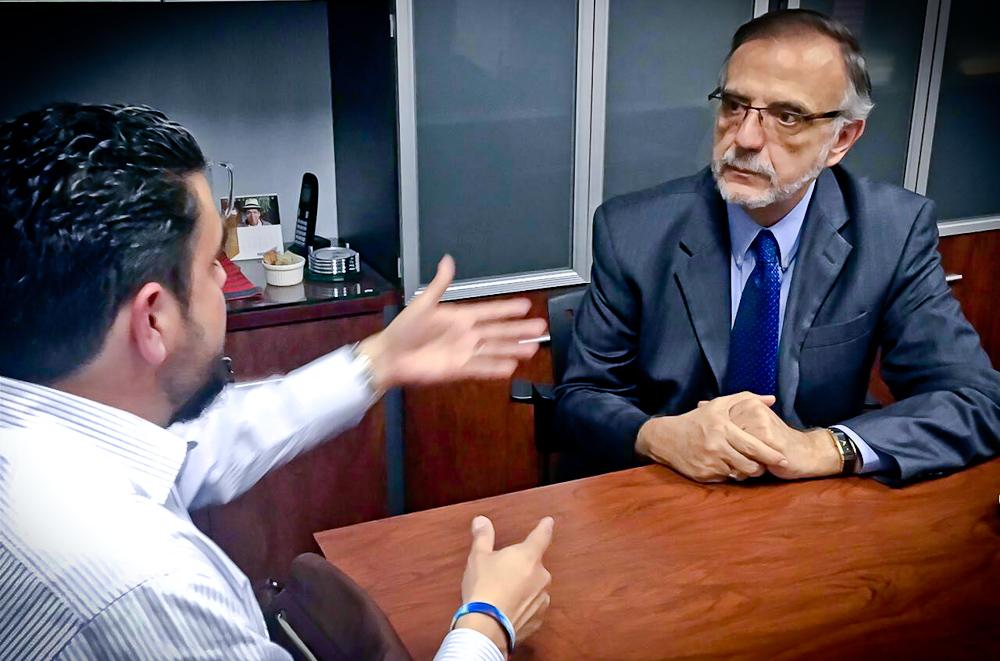 El comisionado de CICIG junto con el periodista Héctor Silva Ávalos.
