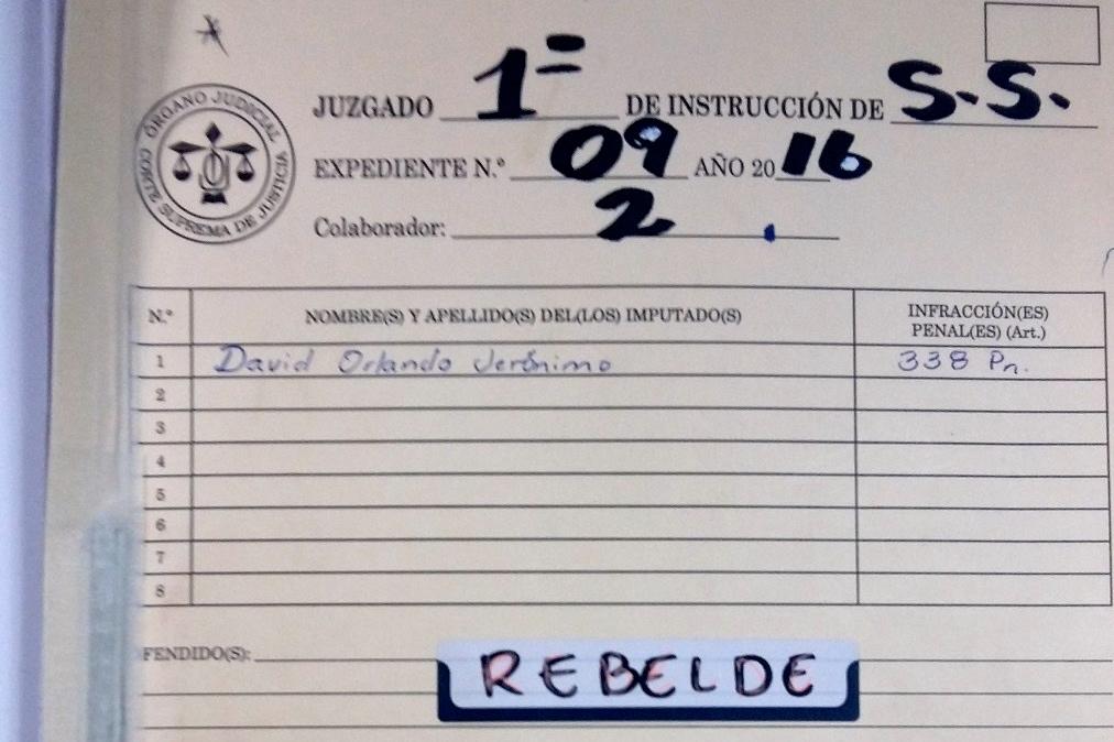 Portada del documento judicial donde se consigna la supuesta rebeldía del detective Monroy.