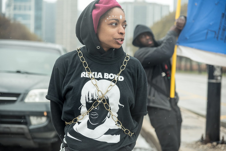 Una activista de Black Lives Matter viste una camiseta alusiva a . Foto cortesía de Sarah-Ji.