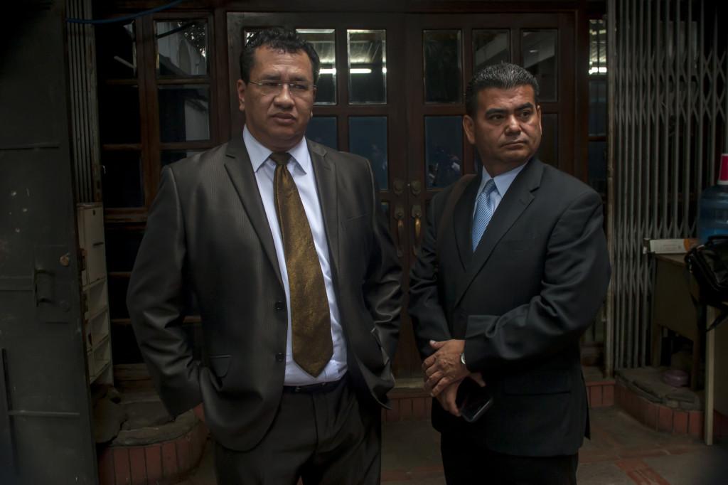 Dos de los abogados defensores del empresario Enrique Rais, David Campos (izquierda) y Hernán Cortéz, esperan afuera de la Sala de Audiencias del Tribunal de Sentencia de Santa Tecla. Foto FACTUM/Salvador MELENDEZ