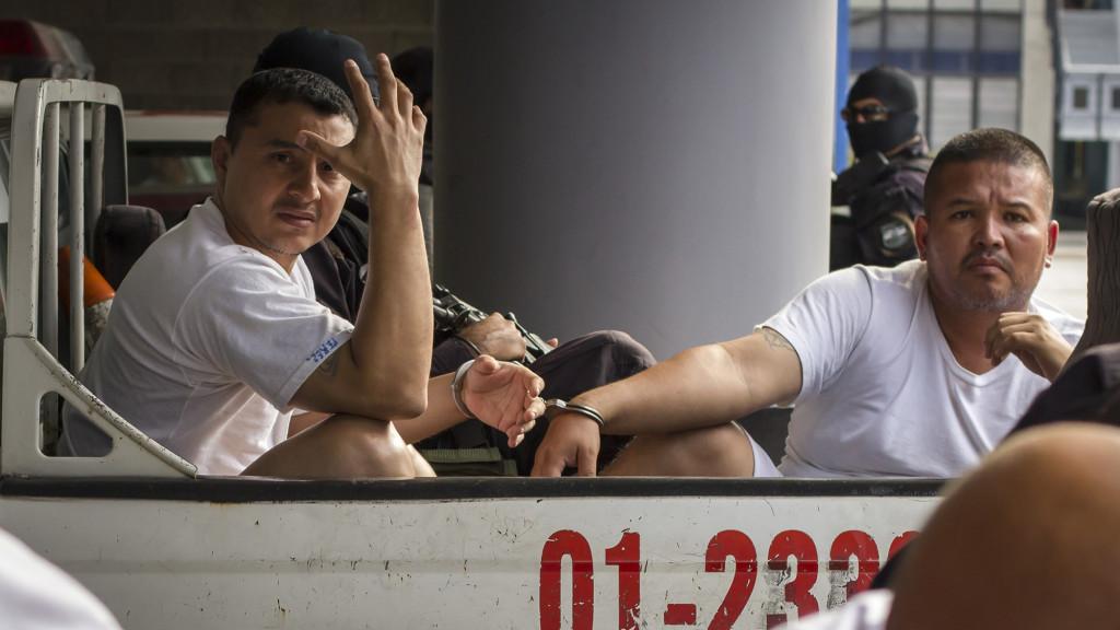 Marvin Adali Quintanilla Ramos (izquierda), un pandillero de la Mara Salvatrucha que profesa ser Pastor Evangélico junto a Dani Balmore Romero, ambos capturados por la PNC y la FGR el pasado 27 de Julio de 2016. Foto FACTUM/Salvador MELENDEZ