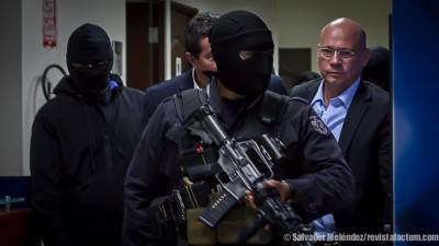 Miembros élite de la PNC durante la captura de Ernesto Gutiérrez (derecha) el 22 de agosto. Foto de Salvador Meléndez Girón.