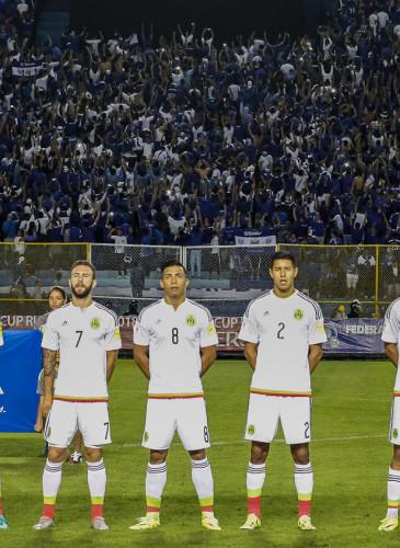 Imagen del momento en que la selección de México se alista a cantar su himno nacional. Al fondo puede verse cómo la mayor parte del público ubicado en el sector de