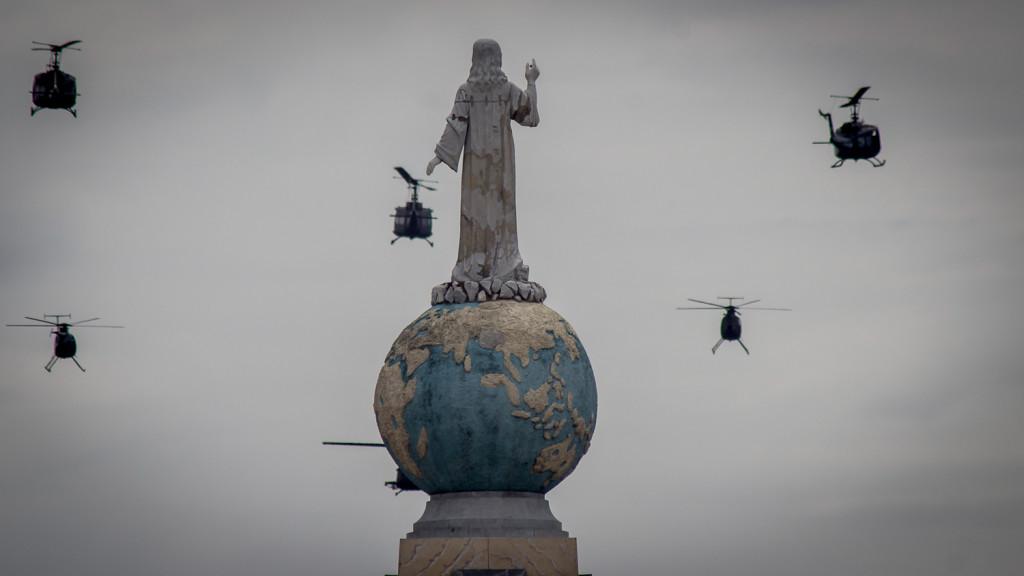 Un grupo de helicópteros de la Fuerza Aerea de El Salvador, pasan por la Plaza de El Salvador del Mundo en San Salvador, durante los actos del desfile militar el 15 de Septiembre, Día de la Independencia, donde se conmemoraron los 195 Años de la separación de España. Foto FACTUM/Salvador MELENDEZ
