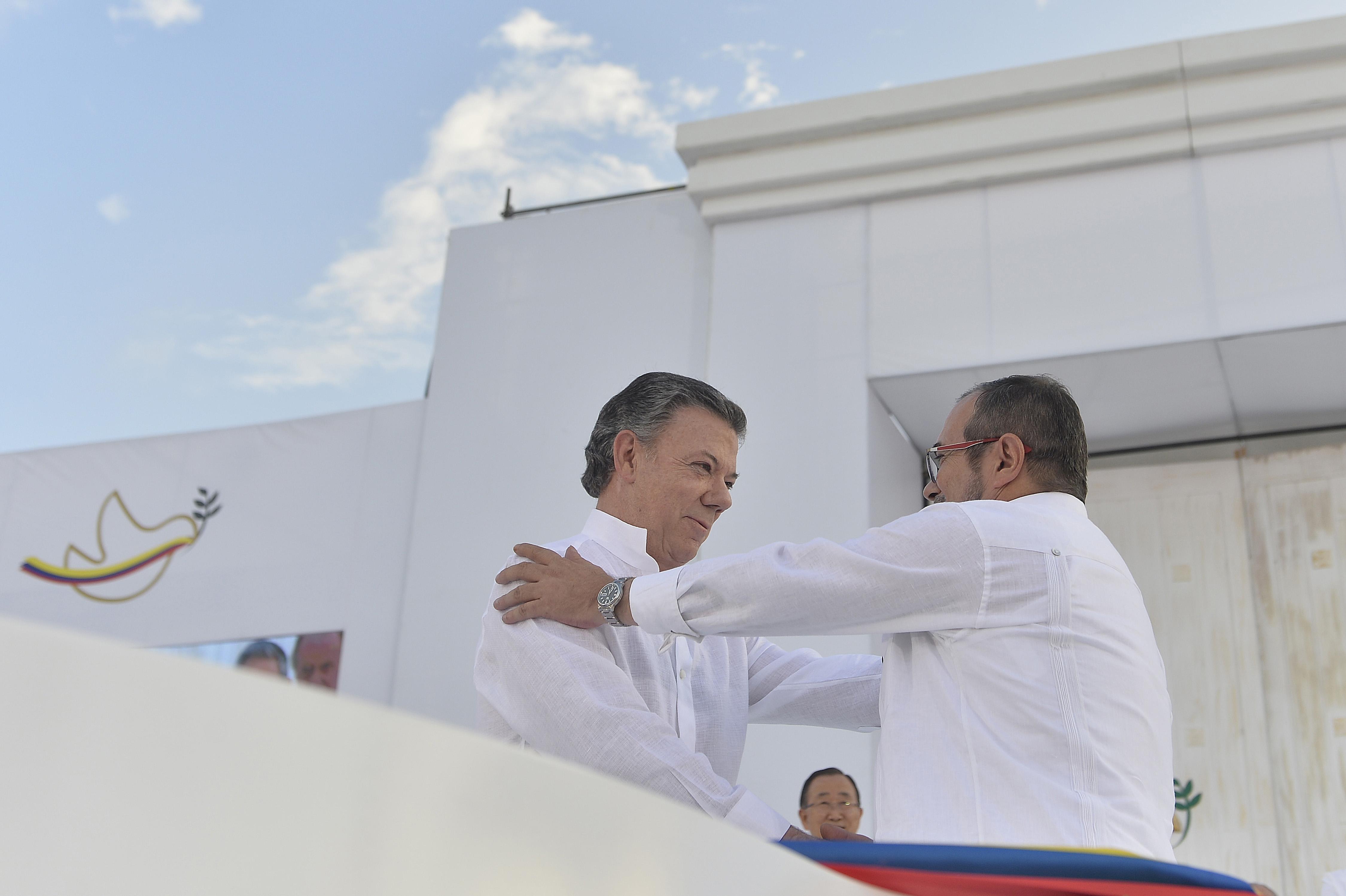 Cincuenta y dos años, cuatro meses y doce días: hoy se firmó la paz en Colombia