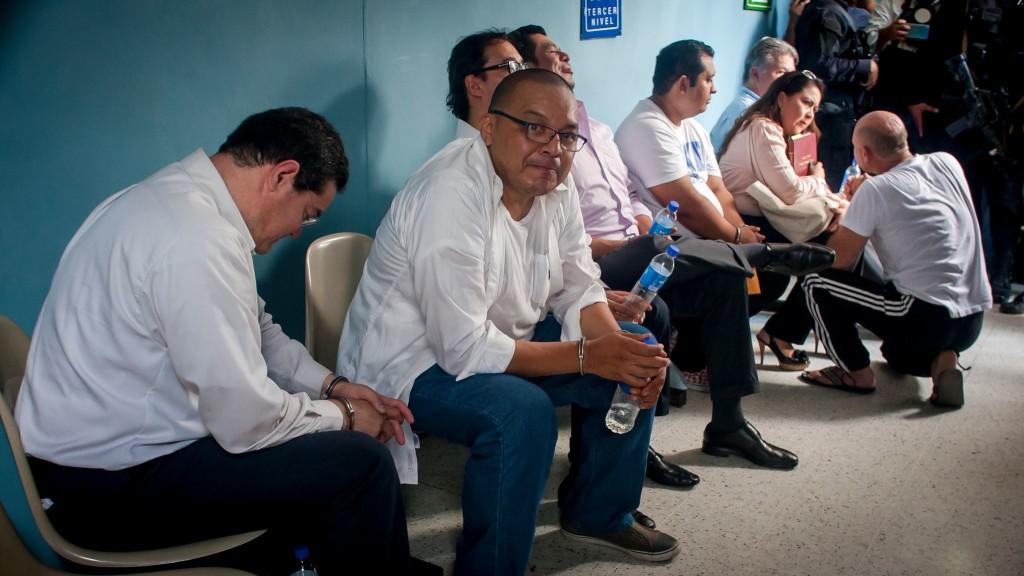 Imputados en el caso Rais-Martínez en los tribunales de San Salvador. El abogado Luis Peña mira a la cámara. Foto de Salvador Meléndez Girón.