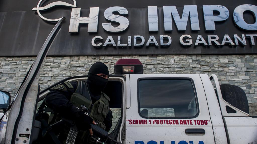 Instalaciones de un autolote propiedad de Herbert Saca, donde la Policia de El Salvador busca indicios que prueben el caso de corrupción del ex presidente Antonio SACA, detenido el pasado 30 de Octubre de 2016 Foto FACTUM/Salvador MELENDEZ