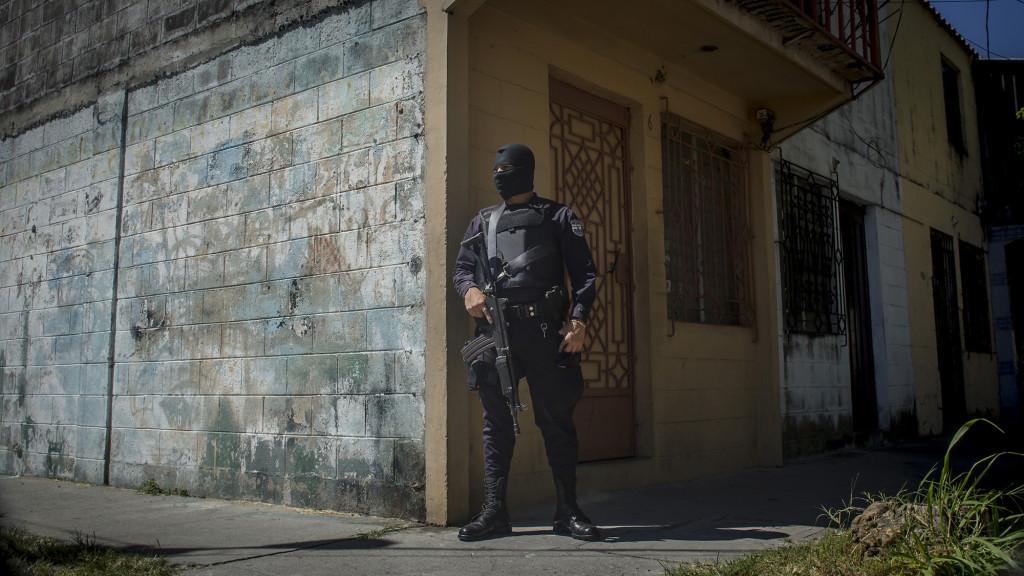 El pasado 15 de Febrero de 2016, cuatro familias huyeron de sus casas en los Condominios Zurita debido a las amenazas que recibieron de parte de pandilleros de la Mara Salvatrucha, que buscaban apropiarse ilicitamente de los pequeños apartamentos con el objetivo de ganar territorio. Un policia encapuchado y armado con un fusil resguardaba el lugar. Foto FACTUM/Salvador MELENDEZ
