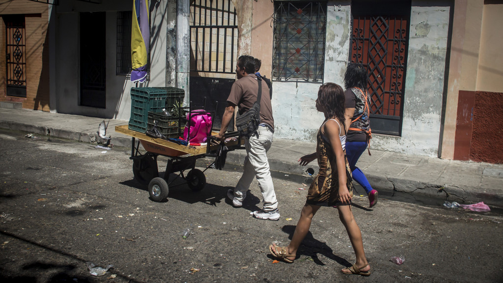 Una familia de vendedores deciden abandonar su casa en los Condominios Zurita por temor a ser víctimas de los pandilleros que les dieron un ultimatúm de 24 horas para que salieran de su vivienda. Esta escena ocurrio el pasado 15 de Febrero de 2016 en la capital salvadoreña. Foto FACTUM/Salvador MELENDEZ