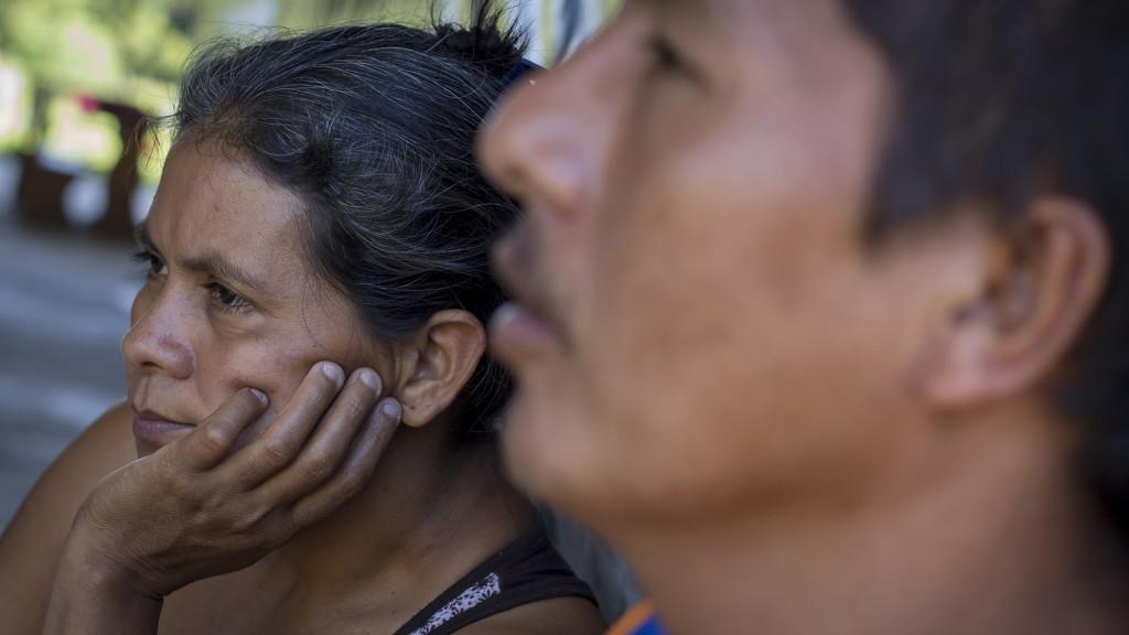 Irma Barrientos, de 42 años, permaneces sentada al lado de su esposo en lo que fue el albergue para refugiados en Caluco, Sonsonate. Irma perdió a su hermano de 64 años cuando unos pandilleros del Barrio 18 lo asesinaron en el cantón El Castaño, por no haberle pagado la renta que los pandilleros imponen a los salvadoreños. Foto FACTUM/Salvador MELENDEZ
