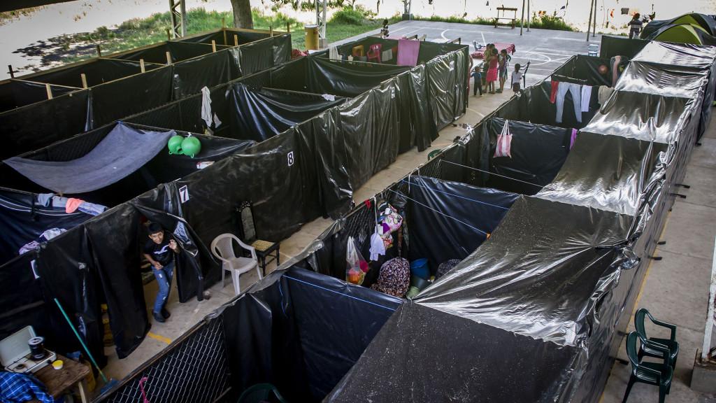 Módulos de malla ciclón y carpas de bolsas plásticas se convirtío durante un mes en el hogar de una veintena de familias refugiadas del cantón El Castaño, en Caluco, Sonsonate. Los homicidios de dos lugareños empujaron a los demas habitantes a abandonar sus casas y terrenos por las amenazas de pandilleros del Barrio 18 Revolucionarios en septiembre pasado. Foto FACTUM/Salvador MELENDEZ