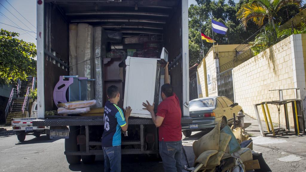 El pasado 21 de octubre dos familias más se unieron a los desplazamientos forzados en los Condominios América en San Jacinto, desalojando sus pertenencias para comenzar de nuevo en otro lugar que no quisieron mencionar. Foto FACTUM/Salvador MELENDEZ