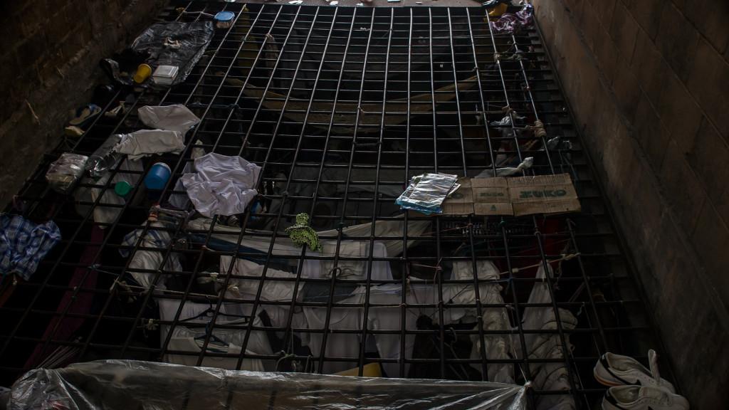 Un corredor de lo que fue un Cuartel del Ejercito Salvadoreño y posteriormente convertido en Prisión, servia de dormitorio para los cientos de pandilleros de la Mara Barrio Dieciocho recluida en esta prisión, donde vivian de hacinamiento. El Gobierno de El Salvador clausuró la prisión por no lograr controlar los ilicitos de los pandilleros dentro de las instalaciones. FOTO FACTUM/Salvador MELENDEZ