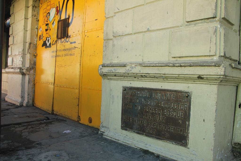Detalle de una inscripción en la fachada de la exprisión que funcionaba en Cojutepeque. Foto: María Cidón