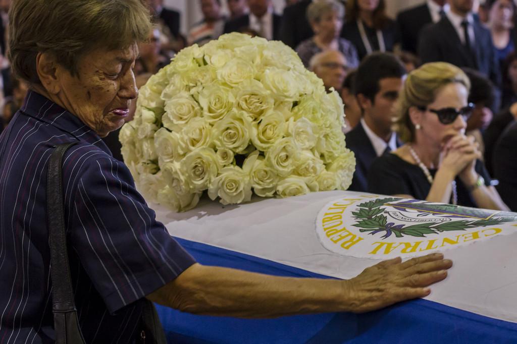 Una mujer llora al lado del féretro que contiene los restos del ex presidente Francisco Flores, fallecido a finales del mes de enero. FOTO/SALVADOR MELENDEZ
