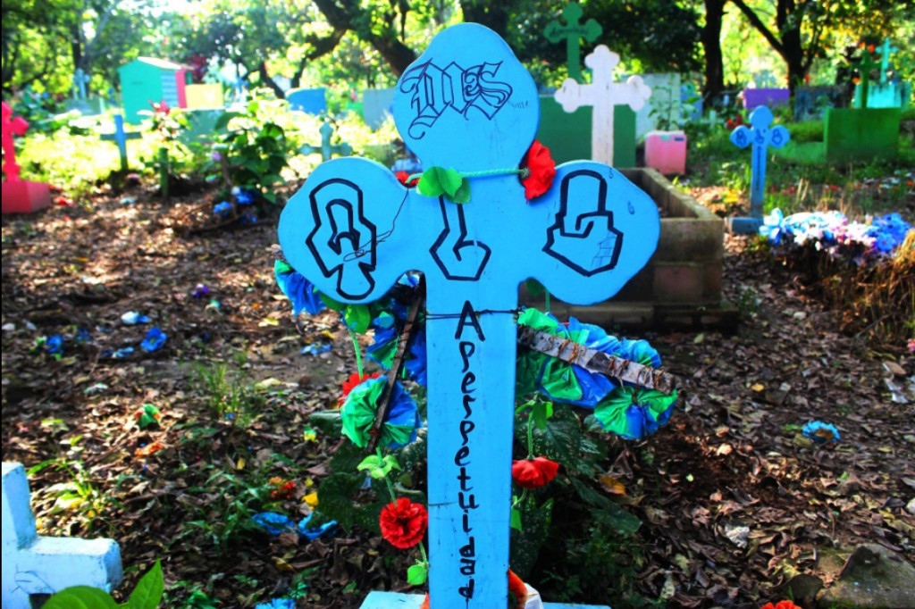 """Un reportaje fotográfico nos ubicó en el mapa de la mortalidad mundial, como """"El país de las funerarias"""". En la imagen, en el cementerio de Quezaltepeque la tumba de un pandillero de la MS debidamente identificado, avisa a los salvadoreños que las pandillas llegaron para quedarse. Foto/ Frederick Meza"""