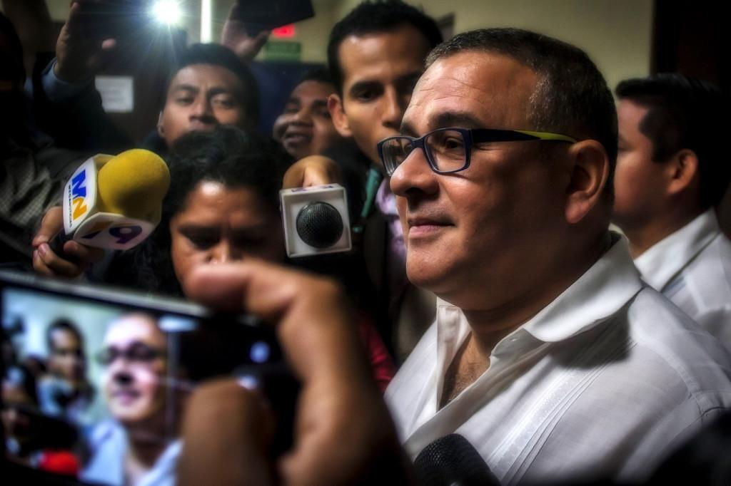 El ex presidente salvadoreño, Mauricio Funes Cartagena, brinda declaraciones a los medios locales e internacionales, sobre la declaración a la que lo citó la FGR para aclarar la Tregua entre Pandillas y el Gobierno. Foto de Salvador Meléndez.