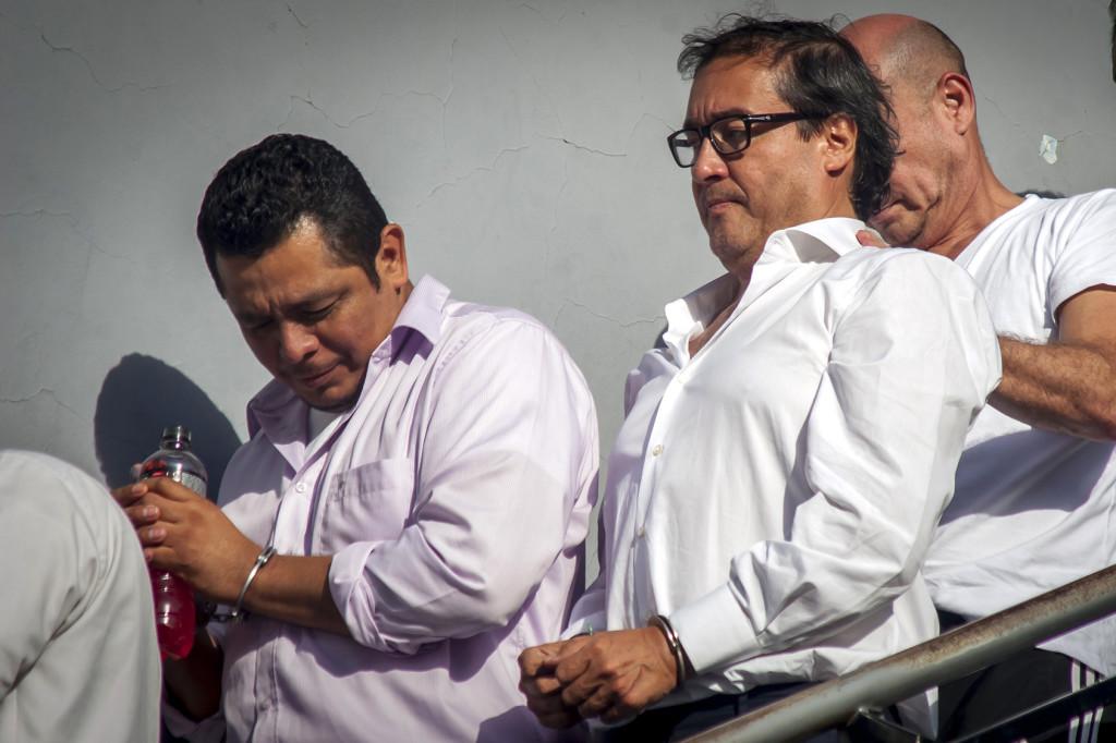El ex fiscal general Luis Martínez (de lentes), y el fiscal Julio Arriaza detenidos por sospechas de corrupción relacionada al empresario Enrique Rais. Foto FACTUM/Salvador Meléndez.