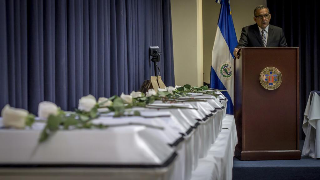Entrega de Osamentas de la Masacre de El Mozote por parte de la Corte Suprema de Justicia de El Salvador. Las víctimas de esta masacre por parte de un Batallón Especial del Ejército en 1981 aún siguen clamando justicia. Foto FACTUM/Salvador MELENDEZ