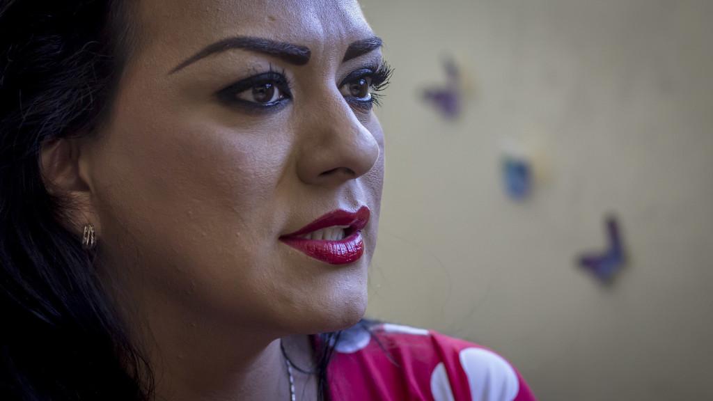 Entrevista a Mónica, un hombre transgenero encargada de la Dirección de una ONG que lucha por la igualdad y reconocimiento del los transexuales. Foto FACTUM/Salvador MELENDEZ