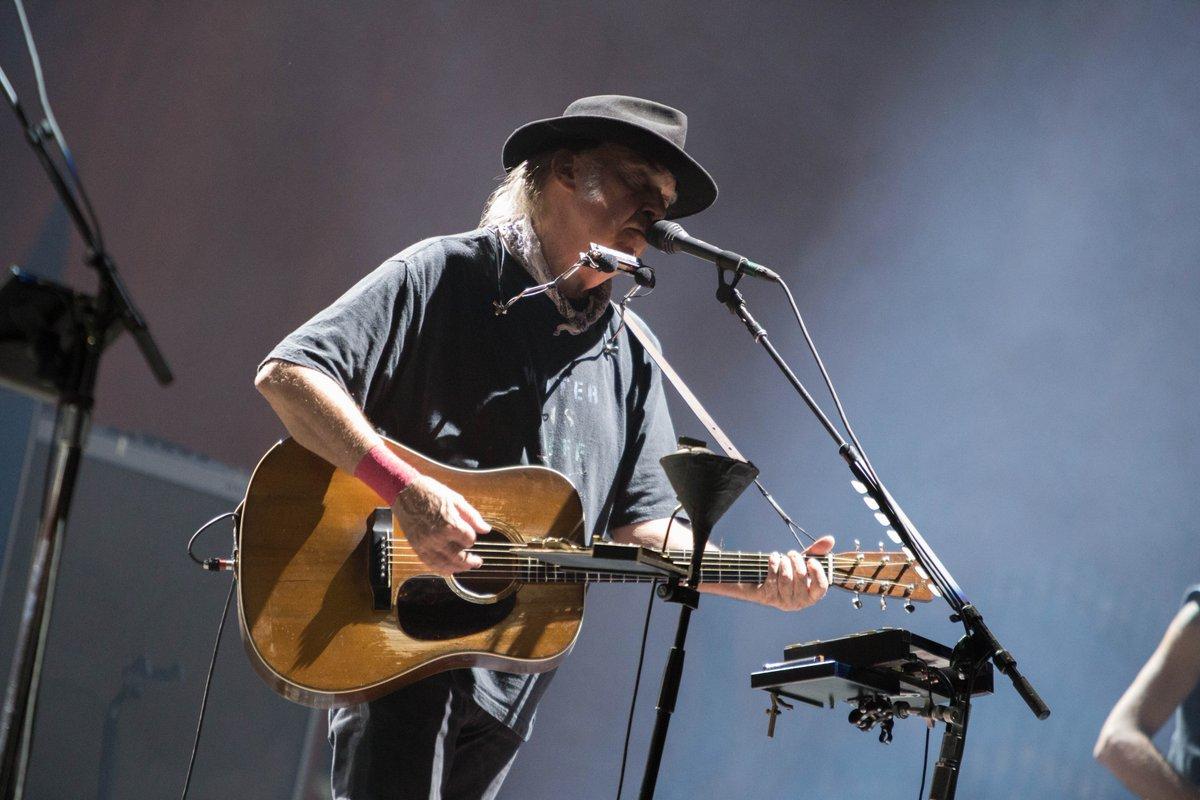 Neil Young, durante su presentación en el segundo día de actividades del Desert Trip. Foto/Twitter del festival.