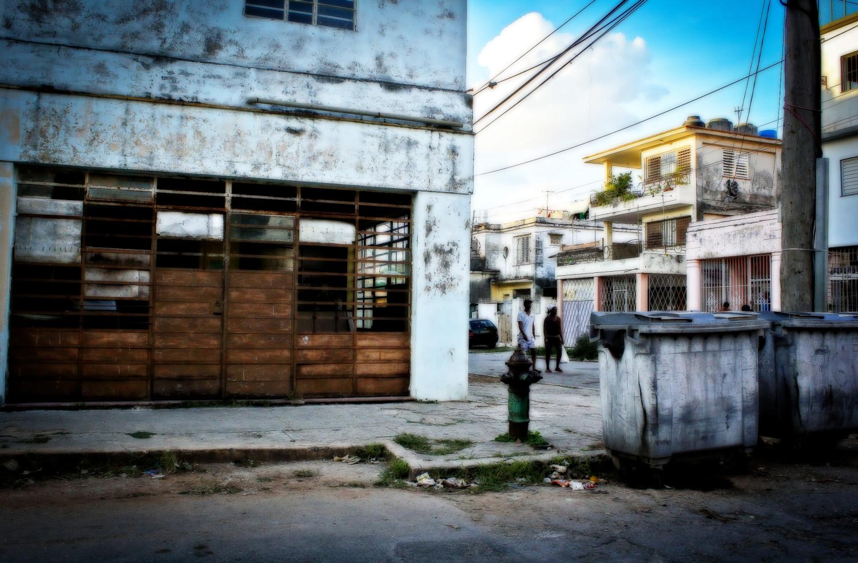 Una bodega de venta de ron permanece cerrada. Buena Vista, Playa, La Habana, Cuba. Foto de Nicola Chávez Courtright.