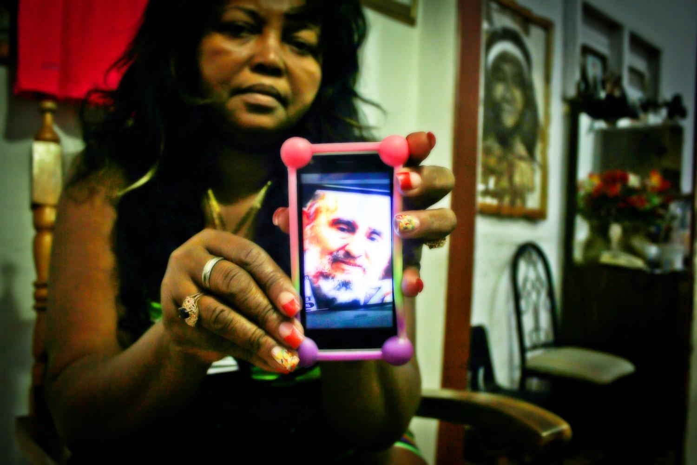 Maria Mastrona, peluquera, muestra una captura de pantalla de Fidel en su teléfono. Dice que todavía le cuesta creer la noticia del fallecimiento del Comandante. Buena Vista, Playa, La Habana, Cuba. Foto de Nicola Chávez Courtright.