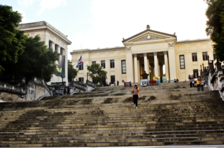 Estudiantes manifiestan su apoyo a Fidel en su alma mater. Universidad de la Habana, El Vedado, La Habana, Cuba. Foto de Nicola Chávez Courtright.