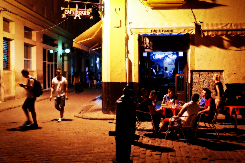 Algunos establecimiento turísticos de La Habana Vieja le hacen caso omiso a la prohibición de ventas alcohólicas. Habana Vieja, La Habana, Cuba. Foto de Nicola Chávez Courtright.