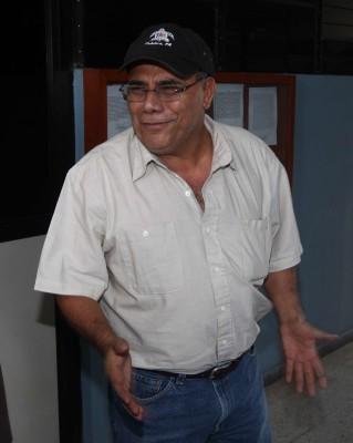 Adan Salazar junto a su abogado defensor Salvador Garcia Dheming durante la intimacion que realizo el Juzgado Decimo de Paz de San Salvador FOTOS BORMAN MARMOL 24 DE ABRIL DE 2014