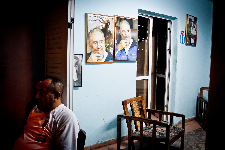 Un guardia custodia una empresa estatal gastronómica mientras escucha el último acto de masas de Fidel por radio. Camagüey, Cuba. 3 de diciembre. Foto de Nicola Chávez Courtright.