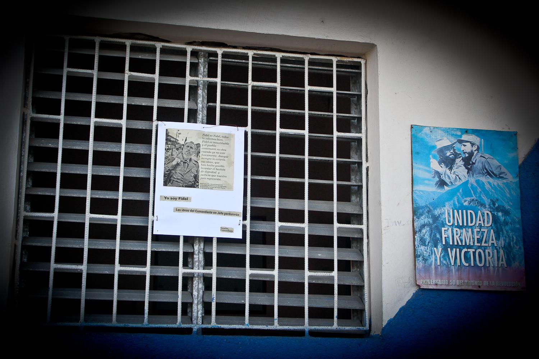 Ejemplos de los rótulos y carteles hechos a mano colgados en la ruta de la caravana de Fidel. Cascorro, Cuba. 4 de diciembre. Foto de Nicola Chávez Courtright.