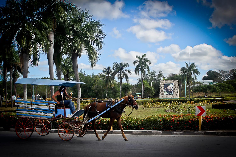La fuente al centro de una rotonda en Las Tunas se reemplaza con una imagen de Fidel en preparación para presenciar el paso de la caravana. Las Tunas, Cuba. 4 de diciembre. Foto de Nicola Chávez Courtright.