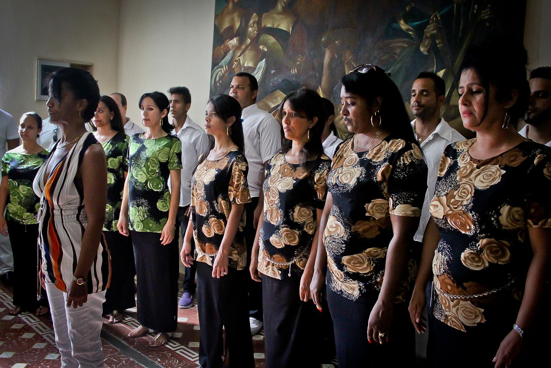 El Coro Profesional de Bayamo rompe su silencio de nueve días por primera vez cantando el himno nacional de Cuba en un emotivo e íntimo concierto. Bayamo, Cuba. 4 de diciembre. Foto de Nicola Chávez Courtright.