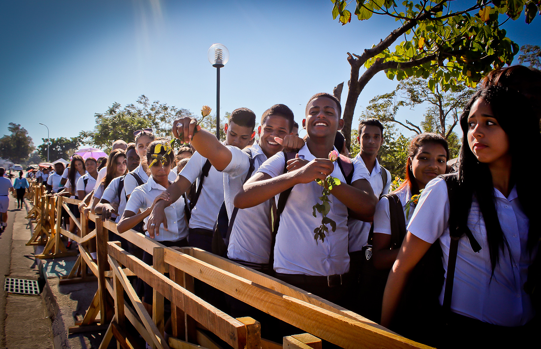 """Multitudes esperan para visitar la tumba de Fidel Castro en el Cementerio Santa Ifigenia. Se escuchó a una mujer decir:""""Aunque venga de Nueva York, ¡yo también soy Fidel""""! Santiago, Cuba. 5 de diciembre. Foto de Nicola Chávez Courtright."""
