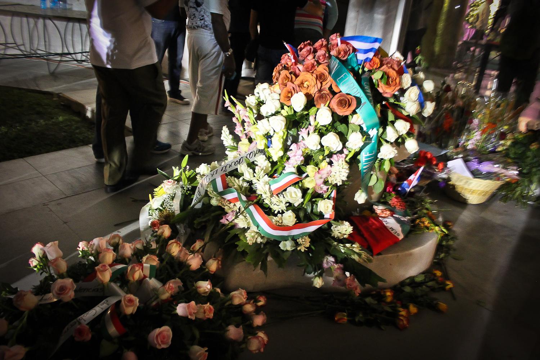 Rosas decoran la entrada al memorial temporal de Fidel. La Habana, Cuba. 28 de noviembre. Foto de Nicola Chávez Courtright.